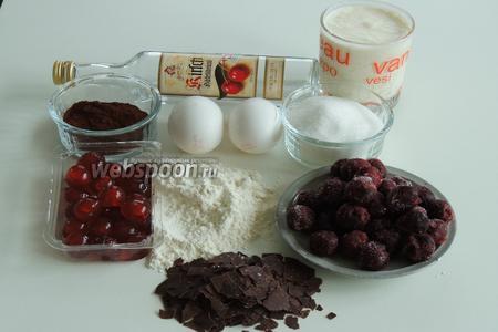 Подготовим ингредиенты: муку, сахар, какао, яйца, сливки, ванильный сахар и закрепитель для сливок — у меня 3 пачки по 9 грамм, каждая пачка рассчитанна на 200-250 мл сливок, вишню без косточек и шоколадную стружку.