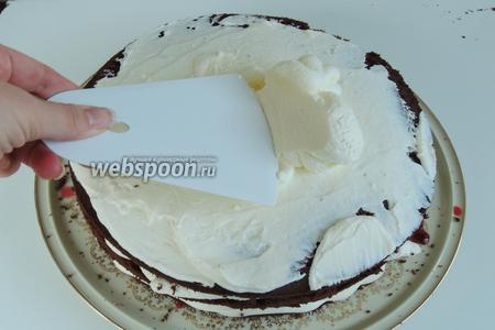 Затем сверху кладём 3 бисквит и наносим на верх и бока оставшийся крем. Разравниваем.