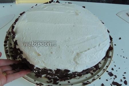 Обсыпаем обильно бока торта шоколадной стружкой. А верх торта прямо, как бы засыпаем без просветления сливок.