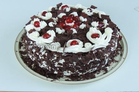 Украшаем вишнями либо коктейльными вишнями. Они на вкус не очень, но зато красивее смотрятся. И сервируем наш торт «Чёрный лес». Приятного аппетита!