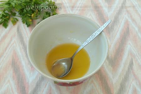 В отдельной ёмкости смешать подсолнечное масло с мёдом и лимонным соком.