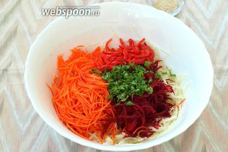 Вылить заправку в салат, добавить мелко нарезанную петрушку.