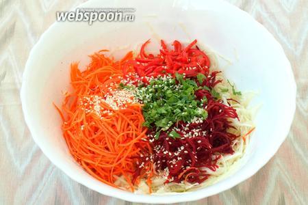 Посыпать салат кунжутом. По желанию кунжут можно поджарить на сухой сковороде.