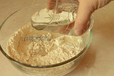 В миску просеять муку, положить дрожжи и соль, перемешать. Постепенно вливая тёплую воду, замесить мягкое тесто, в конце добавить масло и ещё раз хорошенько замесить.