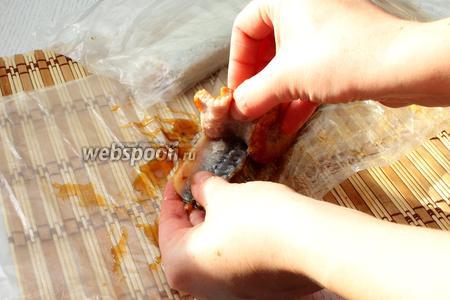 Отделяем филе угря от кожицы.