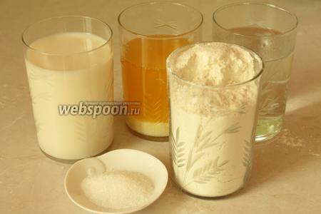 Для теста нужно взять муку, молоко, воду, масло, дрожжи, сахар и соль.