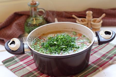 Снять с огня и добавить мелко нарезанную петрушку. Получается наваристый и густой суп.