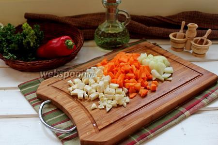 Лук, морковь и корень сельдерея нарезать мелким кубиком.
