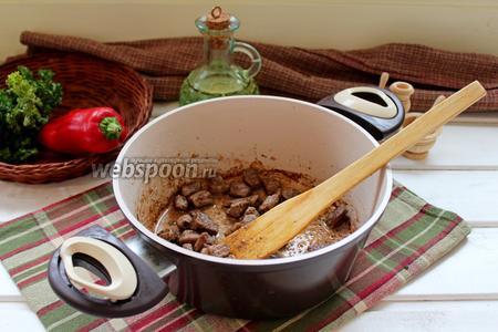 На растительном масле обжарить говядину до лёгкого румянца.