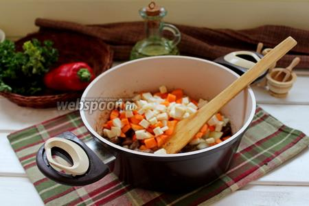 Добавить нарезанные овощи и жарить вместе 5 мин.