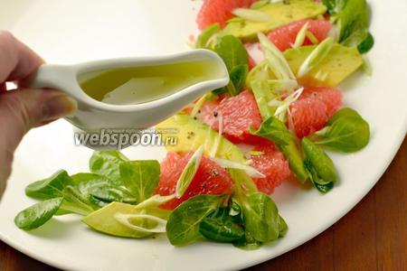 Слегка приправляем салат соусом, остальной подаем в соуснике.