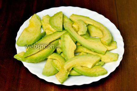 Кладем пластинки авокадо на тарелку и сбызгиваем чайной ложкой лимонного сока, чтобы не потемнели.