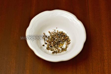 Разламываем целые стручки кардамона, вытряхиваем семена и растираем в ступке, затем смешиваем с небольшим количеством перца из мельнички.
