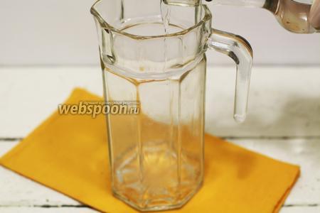 Чтобы лучше смешать мёд с водкой, удобно воспользоваться кувшином. В кувшин наливаем нужное количество водки.