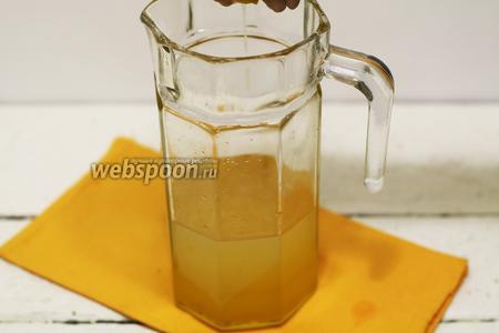Выдавливаем сок из одного лимона. Хорошо перемешиваем деревянной ложкой.