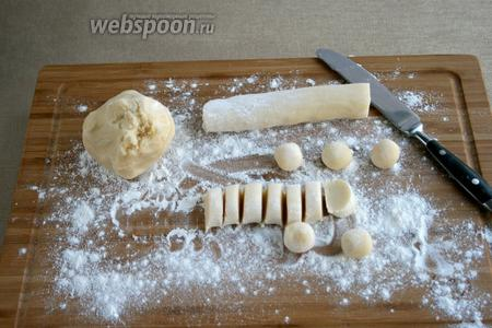 Тесто разделить на части. Кусочек теста скатать колбаской и разрезать на порции. Величина кусочка — 1/2 чайной ложки.