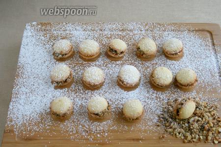Собранное печенье посыпать сахарной пудрой. До подачи лучше держать в холодильнике.