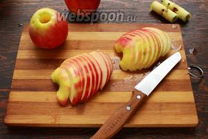 Нарезать яблочки, полукругом, 3-4 мм толщиной.