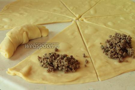 Последний слой маслом не смазываем! Делим тесто на сегменты, как пиццу. На широкую часть укладываем начинку и сворачиваем, как рогалик.