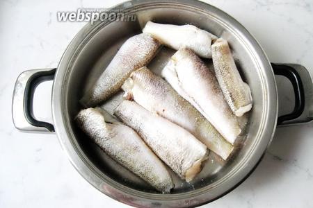 Рыбу нототению тщательно чистим и моем. Если есть внутренности, то потрошим. Готовые тушки рыбы укладываем в посуду с толстым дном. Рыбу солим.