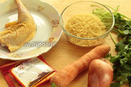 Для приготовления супа нужно взять куриной мясо, лук, морковь, шафран, кинзу и вермишель.