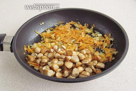 Соединить грибы с луком и морковью и потушить вместе 5 минут.