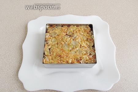 Поверх яиц разложить грибы с луком и морковью. Массу хорошо разровнять.
