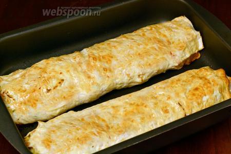 Горячие рулеты извлекаем из духовки, разрезаем порционно и подаём горячими. Можно дополнить свежими овощами или салатом. Остывший рулет используем как закуску.