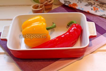 Начнём с запекания перца. Для этого выложить сладкий перец в форму, полить 1 ст. л. растительного масла и запечь в заранее разогретой духовке до 210ºC 20 мин.