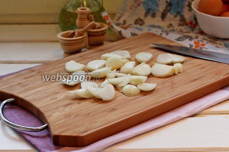 Пока запекается перец, займёмся приготовлением закуски. Нарезать лук полукольцами.