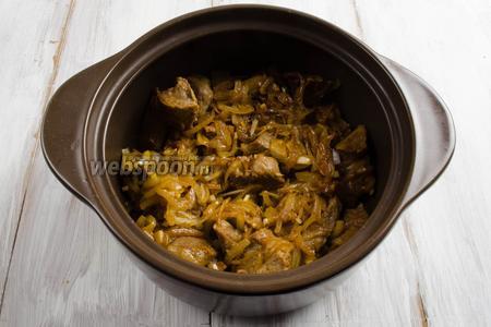 Выложить мясо с луком и чесноком в глубокую жаропрочную посуду.