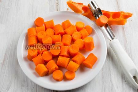 Тем временем подготовить тыкву: помыть, обсушить, нарезать кубиком или с помощью специального ножа небольшими кусочками-цилиндрами.