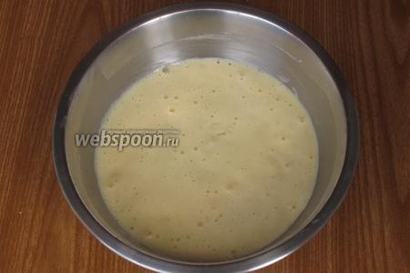 Сливочное масло растопить на водяной бане, немного остудить и добавить в тесто. Хорошо перемешать.