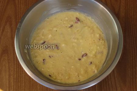 Яблоки, цедру лимона и ягоды годжи добавить в тесто и перемешать.