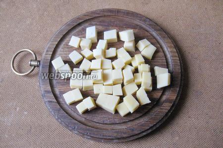 Твёрдый сыр нарезаем небольшими кубиками.