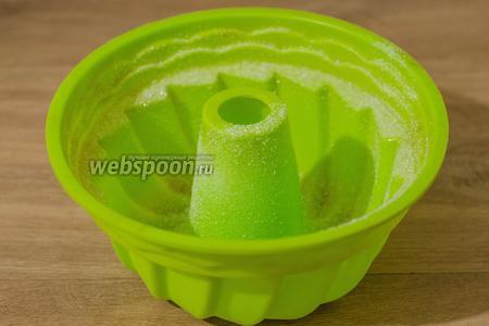 Теперь форму для выпечки слегка обмазываем подсолнечным маслом и посыпаем сахаром. Можно полить карамелью.