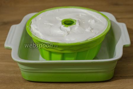 Ставим её в противень с высокими бортиками и наливаем кипяток так, чтобы уровень воды поднялся на 2 см.