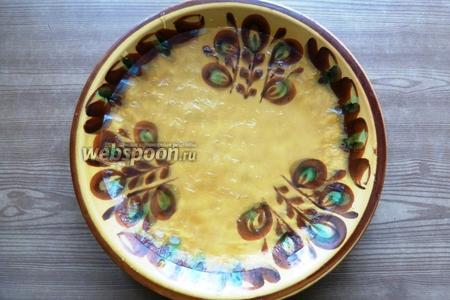 Берём большую тарелку (по диаметру); такую, чтобы в ней было удобно размачивать рисовую бумагу. Наливаем воду и кладём в неё бумагу буквально на несколько секунд (7-10).