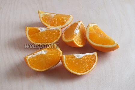 Апельсины вымойте под тёплой водой, лучше щёткой. Разрежьте на дольки и удалите все семечки, иначе повидло будет горчить.