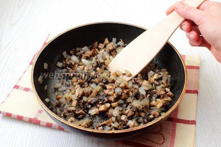 На масле обжарьте мелко порезанные грибы и лук.