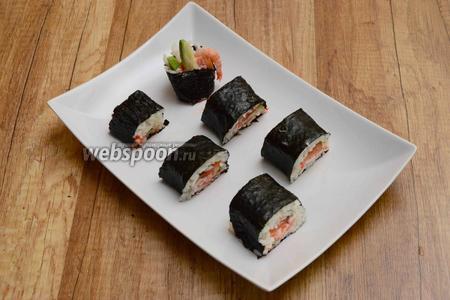 Разрезаем ролл на 5 или 6 частей. Подаём роллы Самурай с имбирём и васаби. Приятного аппетита!