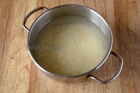 Рис отварить до полной готовности, в обычной не солёной воде.