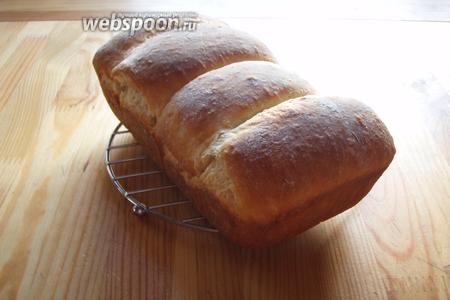 Готовый хлеб остужаем на решётке и можно кушать!