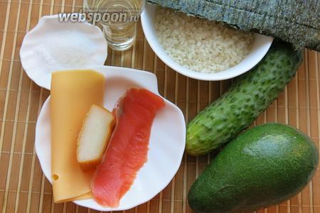 Рис для суши, нори, «чернила» для букв — нарезка красной рыбы, кальмар копчёный, сыр, огурец, авокадо, уксус рисовый, соль и сахар для соуса. В качестве начинки можно использовать также крабовые палочки, омлет и пр., готовила из различных продуктов, чтобы получились разнообразные суси, в один клала начинку разных фактур, буквы получились как у первоклашек, «ровные», зато вкусные.