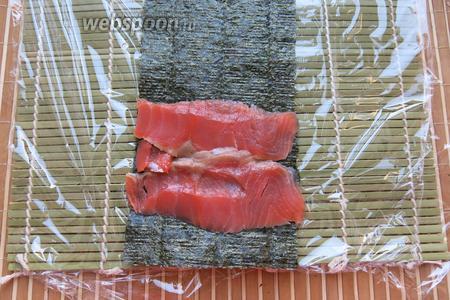 Следующие «чернила» красные — рыба, на половинку нори кладём сёмгу.