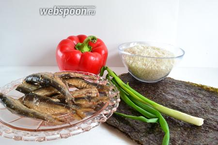 Для приготовления роллов понадобятся — шпроты, перец болгарский, рис, зелёный лук, рисовый уксус, листы нори и вода.