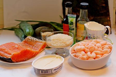 Для приготовления торта суши нам понадобится: рис для суши, креветки мелкие и тигровые для украшения, сёмга слабосолёная, творожной сыр, зелёный лук, свежий огурец, авокадо, рисовый уксус, семена кунжута, васаби, соевый соус, соль и сахар.