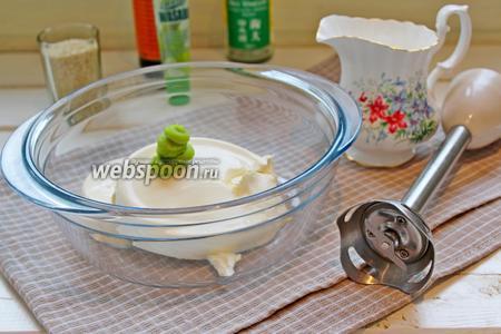 Для приготовления крема, творожной сыр, сливки и васаби взбить блендером.