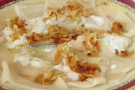 Сверху поливаем сначала чесночно-йогуртовым соусом, затем расстилаем по поверхности карамелизированный лук.