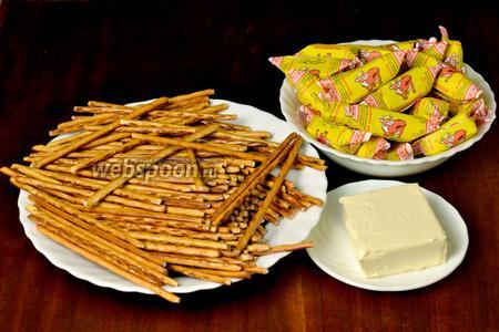 Для приготовления печенья нам понадобится сладкая соломка, конфеты «Коровка» (вес с фантиками) и сливочное масло.